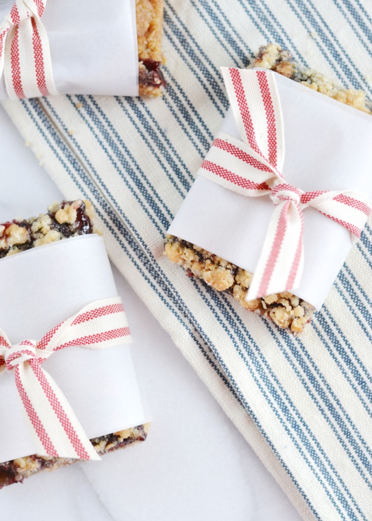 These-blackberry-crumble-bars-are-so-easy-to-throw-together-from-boxwoodavenue