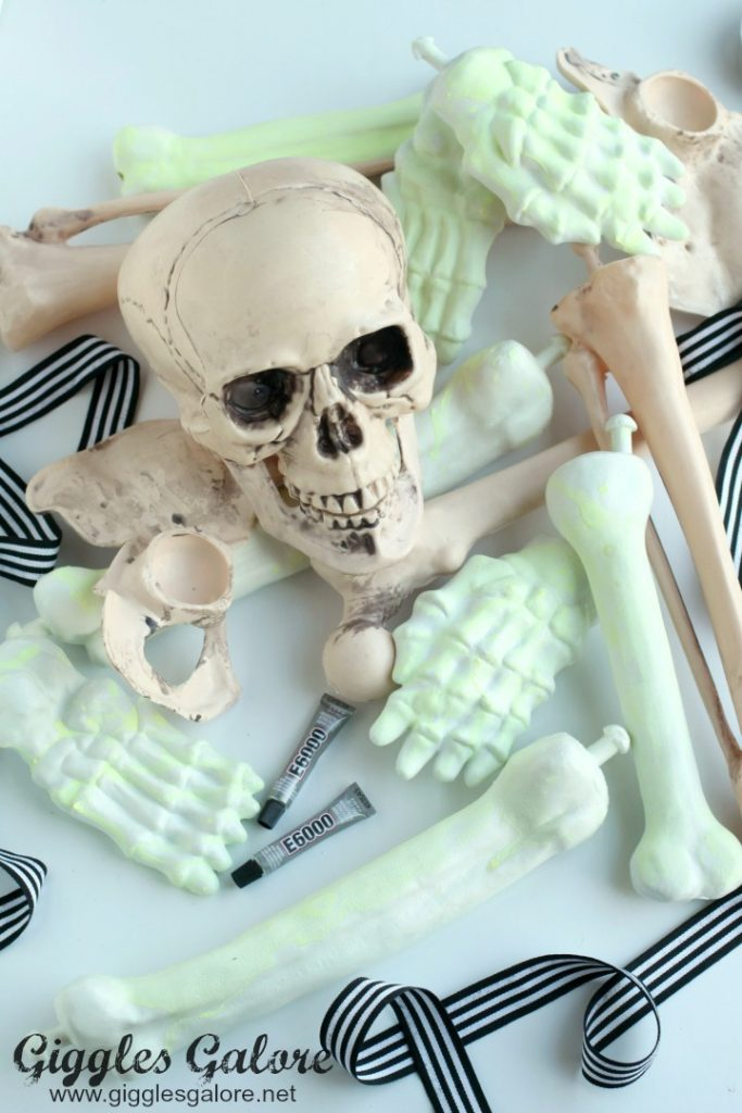 glow-in-the-dark-halloween-skeleton-wreath-bones_giggles-galore