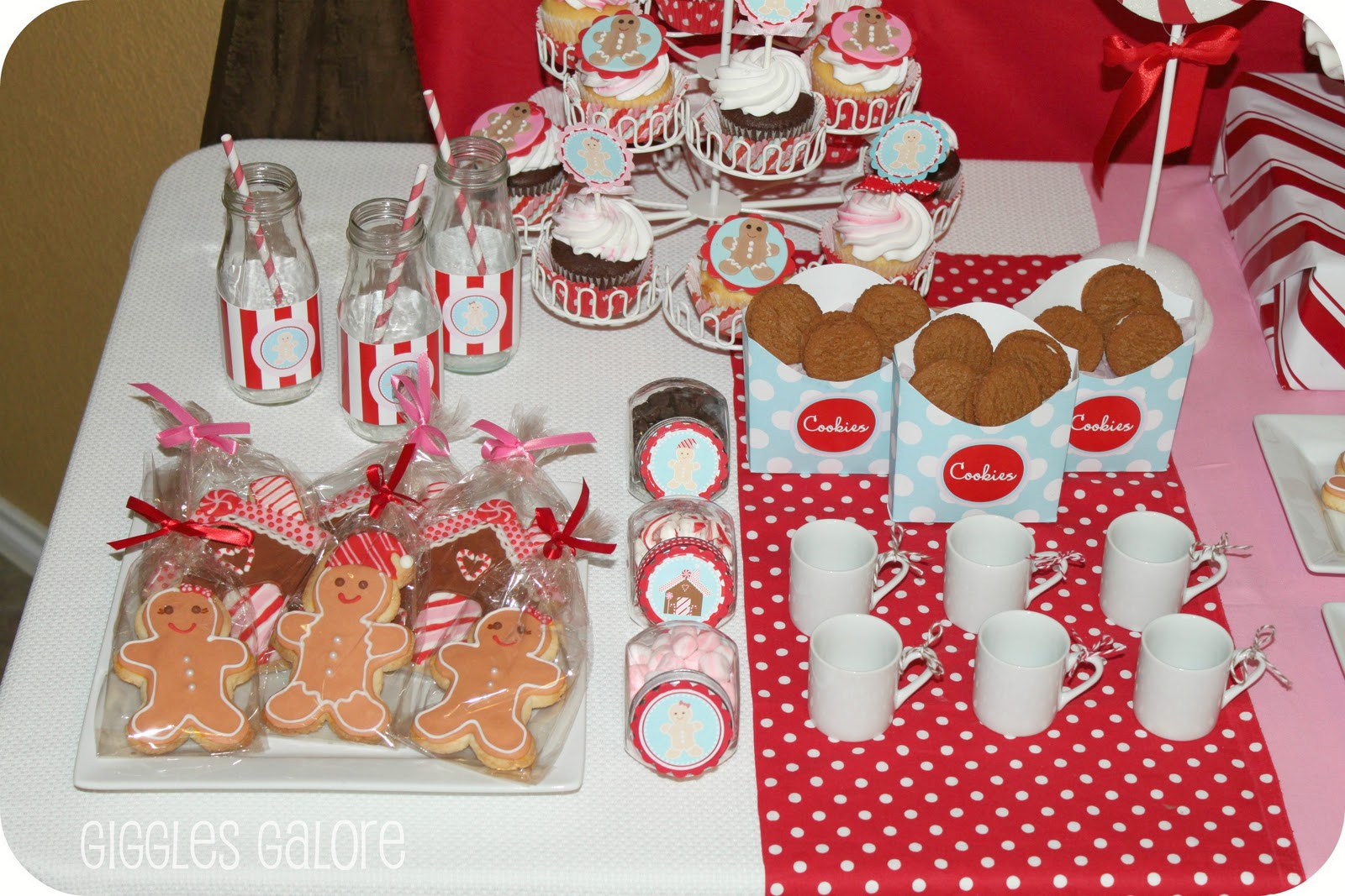 Gingerbread house decorating party giggles galore for Gingerbread house decorating ideas